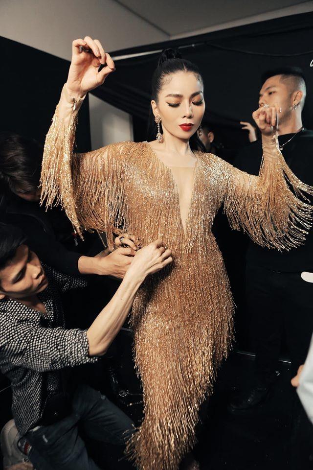 Sao Việt cách ly ngày 4: Kim Lý mặc váy Hồ Ngọc Hà, Châu Bùi khoe ảnh nội y - ảnh 6