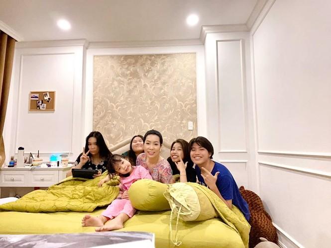 Sao Việt cách ly ngày 4: Kim Lý mặc váy Hồ Ngọc Hà, Châu Bùi khoe ảnh nội y - ảnh 8
