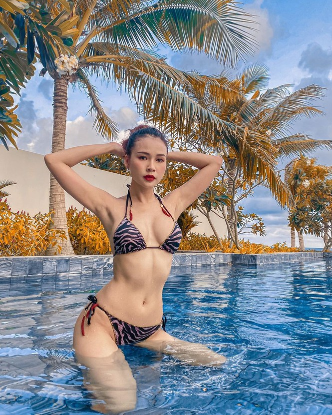Sao Việt cách ly ngày 16: Hồ Ngọc Hà, Sam và Ngọc Trinh 'đọ' vòng 1 với áo tắm - ảnh 1