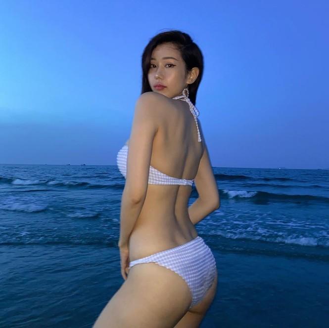 Nữ ca sĩ 'Ghen Cô Vy' thả dáng với bikini, đường cong gây sốt - ảnh 3