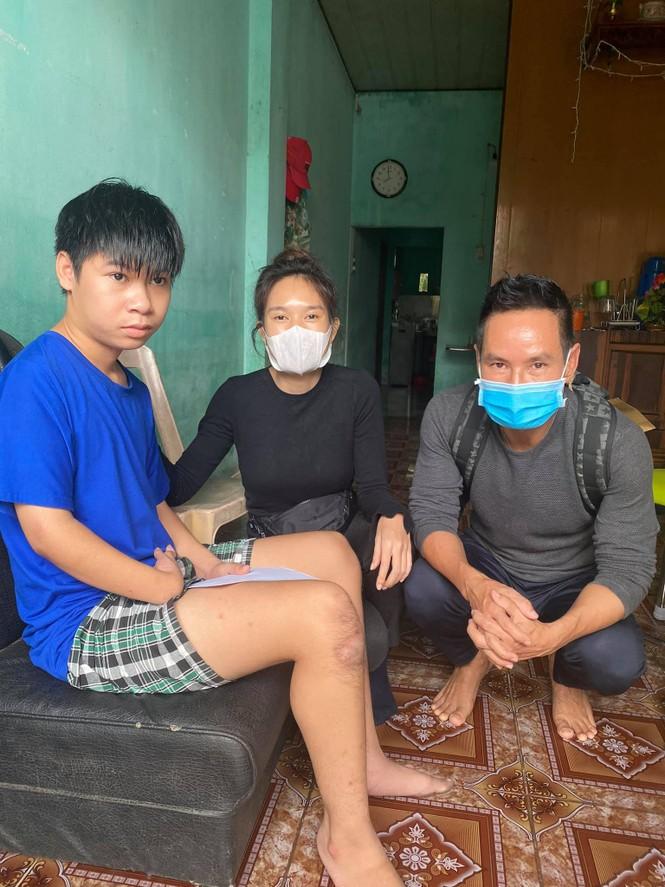 Nghệ sĩ Việt liên tục quyên góp, trực tiếp đi cứu trợ miền Trung ruột thịt - ảnh 3