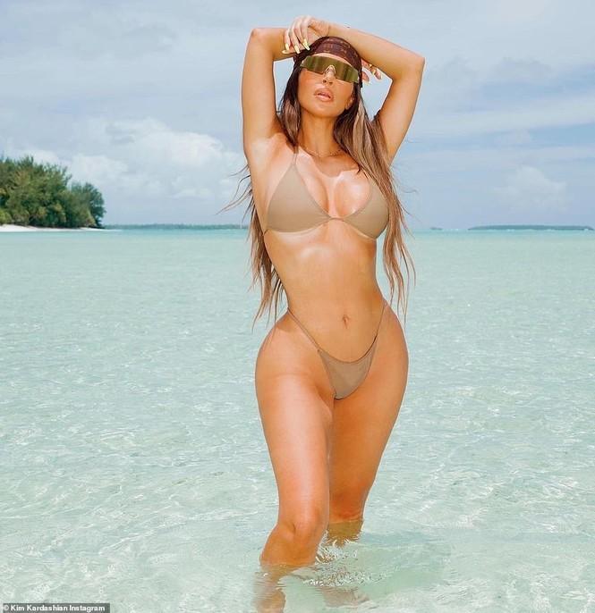 Kim Kardashian tung loạt ảnh bikini nóng bỏng: 'Đây là tuổi 40' - ảnh 1