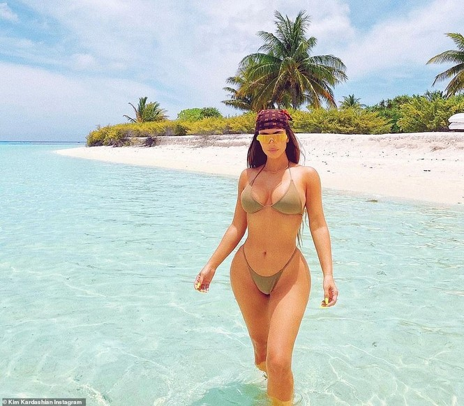Kim Kardashian tung loạt ảnh bikini nóng bỏng: 'Đây là tuổi 40' - ảnh 2