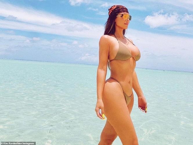 Kim Kardashian tung loạt ảnh bikini nóng bỏng: 'Đây là tuổi 40' - ảnh 3
