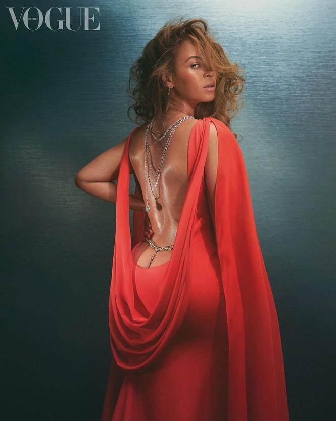 Beyonce diện đầm khoét lưng sâu, khoe vòng ba nóng bỏng trên tạp chí danh tiếng - ảnh 2
