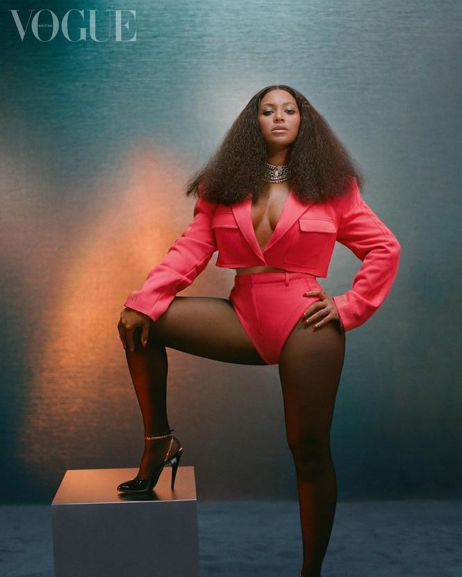Beyonce diện đầm khoét lưng sâu, khoe vòng ba nóng bỏng trên tạp chí danh tiếng - ảnh 5