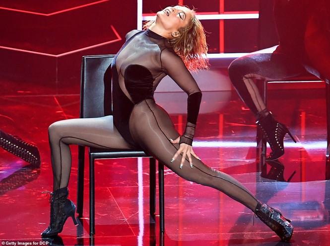 'Nóng mặt' với bộ đồ vừa cắt xẻ vừa xuyên thấu táo bạo của Jennifer Lopez  - ảnh 3