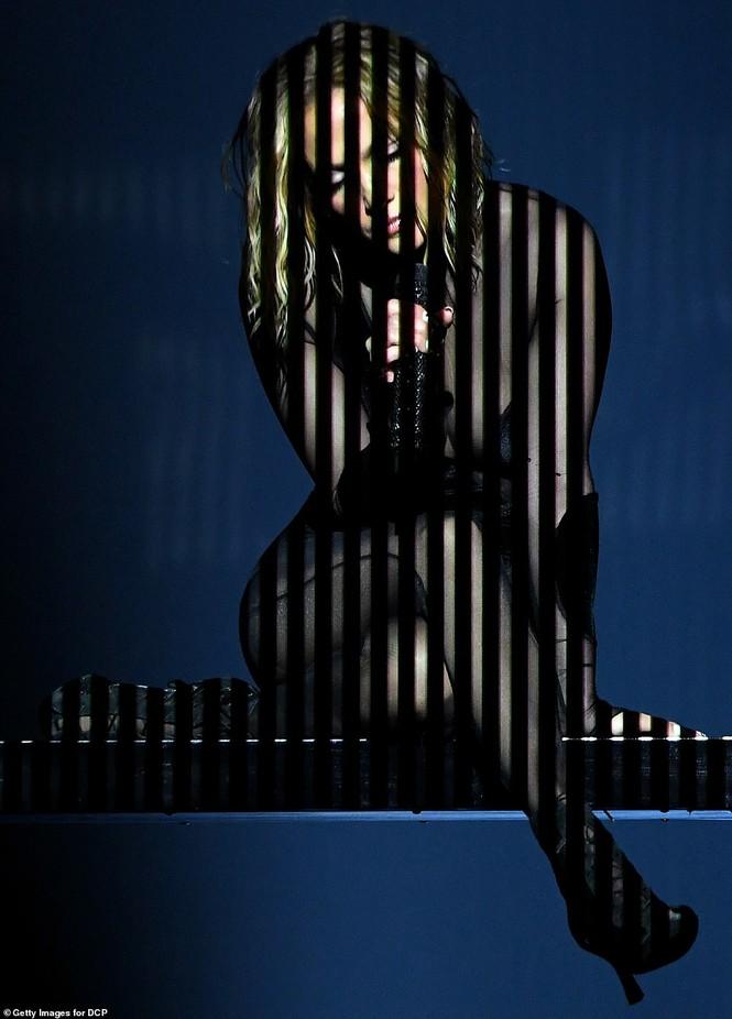 'Nóng mặt' với bộ đồ vừa cắt xẻ vừa xuyên thấu táo bạo của Jennifer Lopez  - ảnh 5