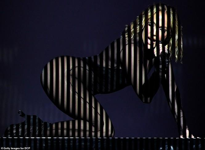 'Nóng mặt' với bộ đồ vừa cắt xẻ vừa xuyên thấu táo bạo của Jennifer Lopez  - ảnh 6