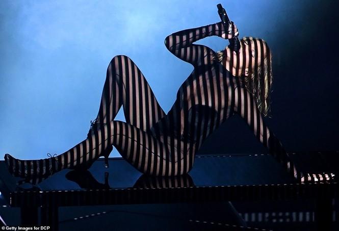 'Nóng mặt' với bộ đồ vừa cắt xẻ vừa xuyên thấu táo bạo của Jennifer Lopez  - ảnh 7