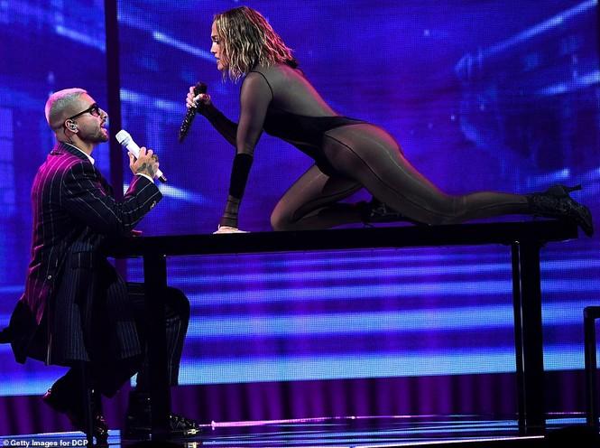 'Nóng mặt' với bộ đồ vừa cắt xẻ vừa xuyên thấu táo bạo của Jennifer Lopez  - ảnh 2