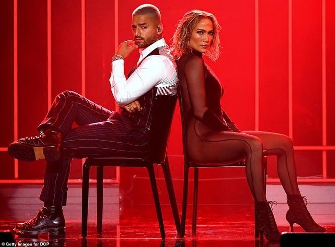 'Nóng mặt' với bộ đồ vừa cắt xẻ vừa xuyên thấu táo bạo của Jennifer Lopez  - ảnh 1