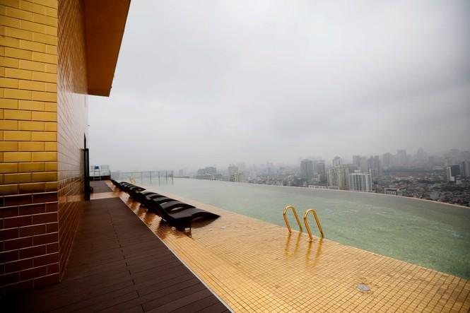 Báo Anh đăng loạt ảnh về khách sạn dát vàng ở Hà Nội - ảnh 9