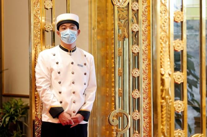 Báo Anh đăng loạt ảnh về khách sạn dát vàng ở Hà Nội - ảnh 4