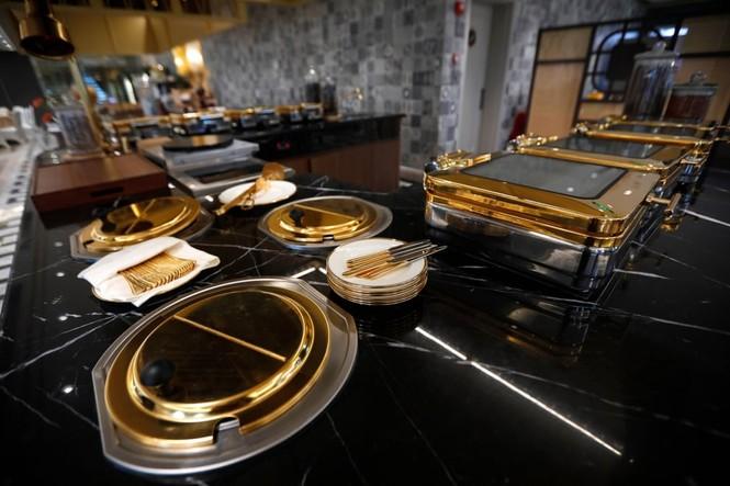 Báo Anh đăng loạt ảnh về khách sạn dát vàng ở Hà Nội - ảnh 6