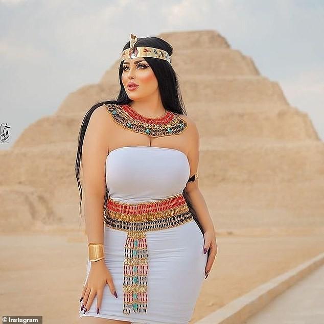 Chụp ảnh khiêu gợi bên kim tự tháp Ai Cập, nhiếp ảnh gia và người mẫu bị bắt - ảnh 3