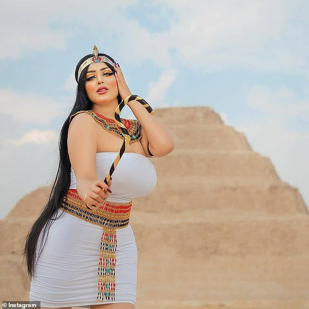 Chụp ảnh khiêu gợi bên kim tự tháp Ai Cập, nhiếp ảnh gia và người mẫu bị bắt - ảnh 4