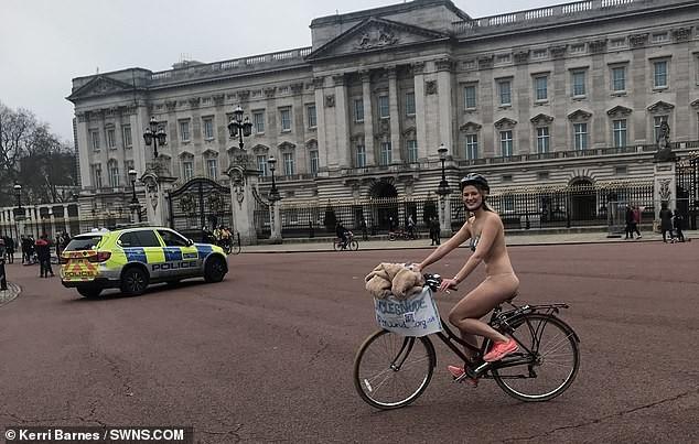 Cô gái gần như khoả thân, đạp xe quanh London giữa lạnh giá 10 độ C vì lý do bất ngờ - ảnh 1
