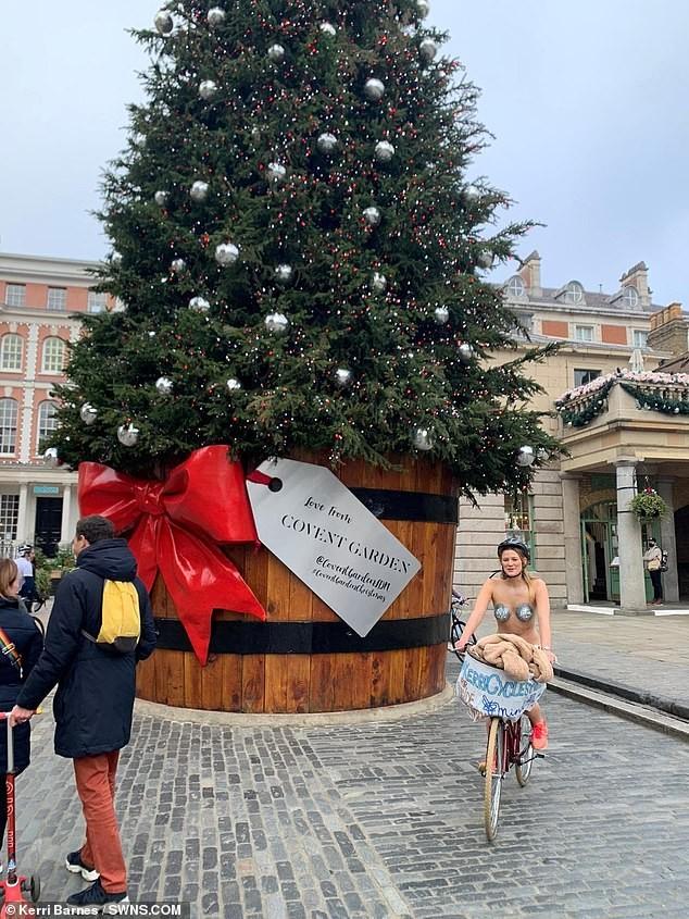 Cô gái gần như khoả thân, đạp xe quanh London giữa lạnh giá 10 độ C vì lý do bất ngờ - ảnh 2