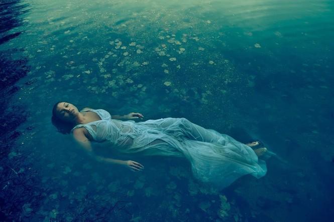 Mẫu nữ da màu ngoại cỡ mặc váy mỏng tang cực gợi cảm trên bìa Vogue - ảnh 2