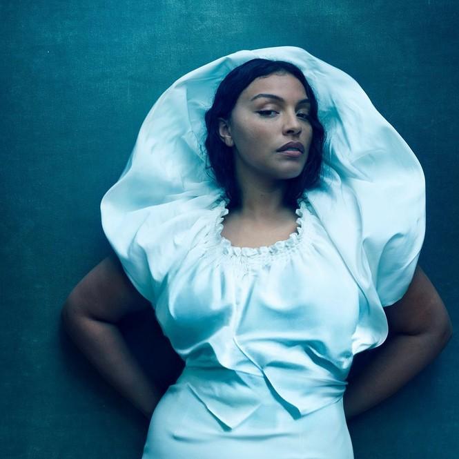 Mẫu nữ da màu ngoại cỡ mặc váy mỏng tang cực gợi cảm trên bìa Vogue - ảnh 3