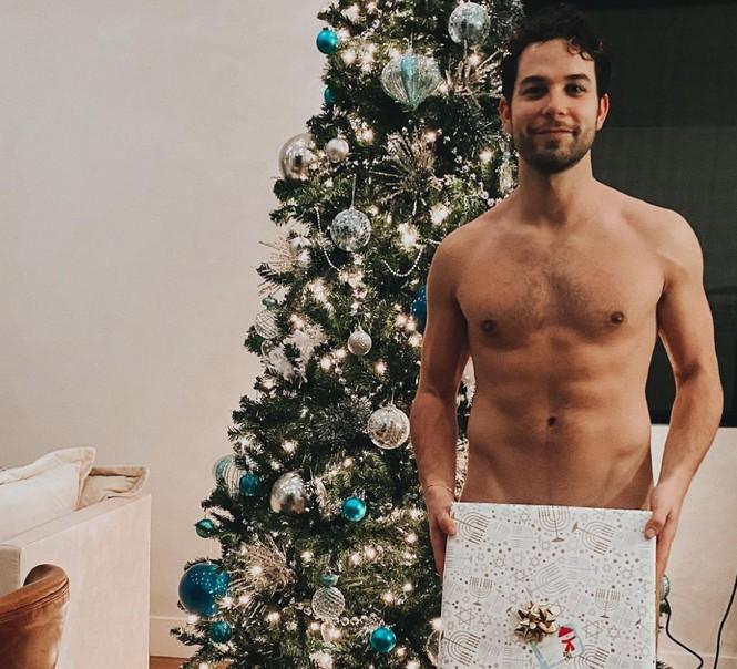 Muôn kiểu 'check-in' Noel tại gia của sao thế giới: Người khoả thân, người sexy nóng bỏng - ảnh 2