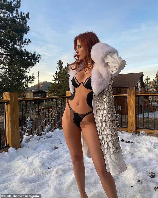 Sao lưỡng tính Bella Thorne diện nội y gợi cảm tạo dáng giữa trời tuyết - ảnh 1