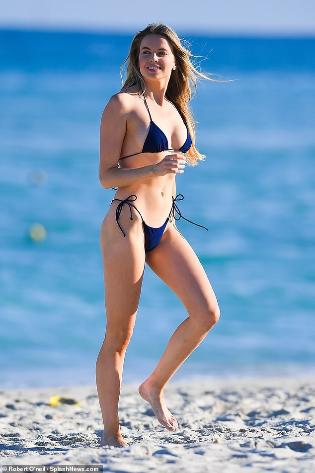 'Chân dài' Louisa Warwick khoe hình thể đáng kinh ngạc với bikini bé xíu - ảnh 1