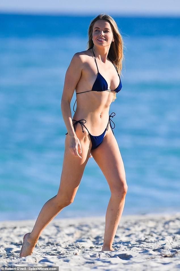 'Chân dài' Louisa Warwick khoe hình thể đáng kinh ngạc với bikini bé xíu - ảnh 5
