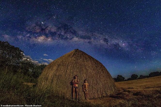Mãn nhãn bộ ảnh về cuộc sống nguyên sơ của thổ dân Brazil trong rừng sâu - ảnh 12