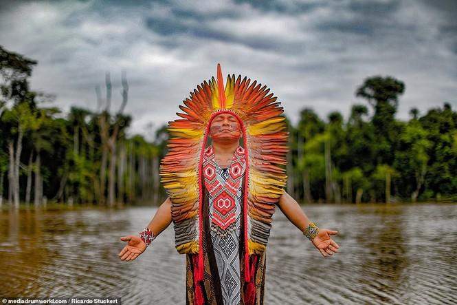 Mãn nhãn bộ ảnh về cuộc sống nguyên sơ của thổ dân Brazil trong rừng sâu - ảnh 13