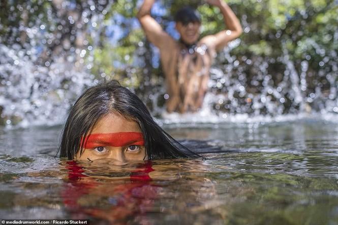 Mãn nhãn bộ ảnh về cuộc sống nguyên sơ của thổ dân Brazil trong rừng sâu - ảnh 5