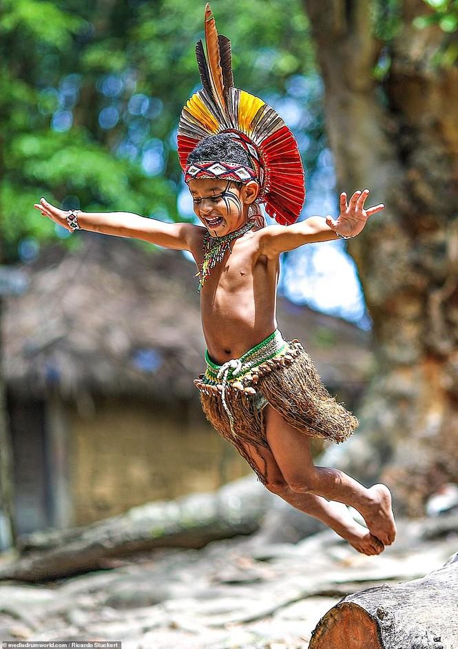 Mãn nhãn bộ ảnh về cuộc sống nguyên sơ của thổ dân Brazil trong rừng sâu - ảnh 10