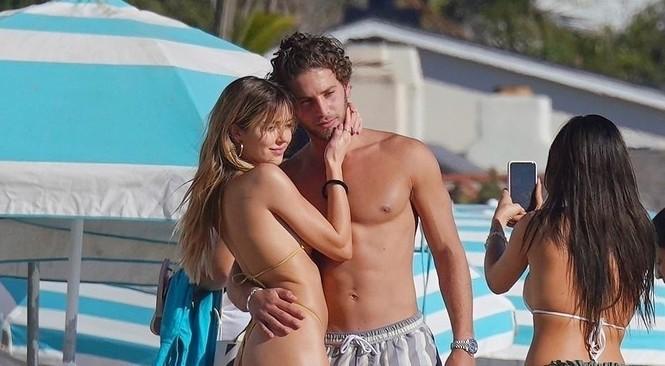 'Cô chiêu' Hollywood mặc bikini siêu bé, ôm hôn sao Love Island trên bãi biển - ảnh 1