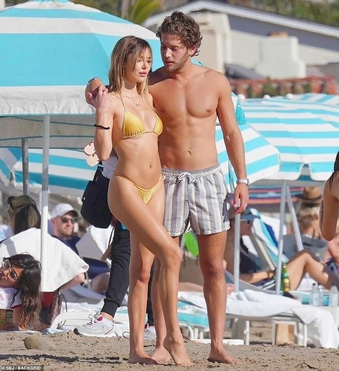 'Cô chiêu' Hollywood mặc bikini siêu bé, ôm hôn sao Love Island trên bãi biển - ảnh 3