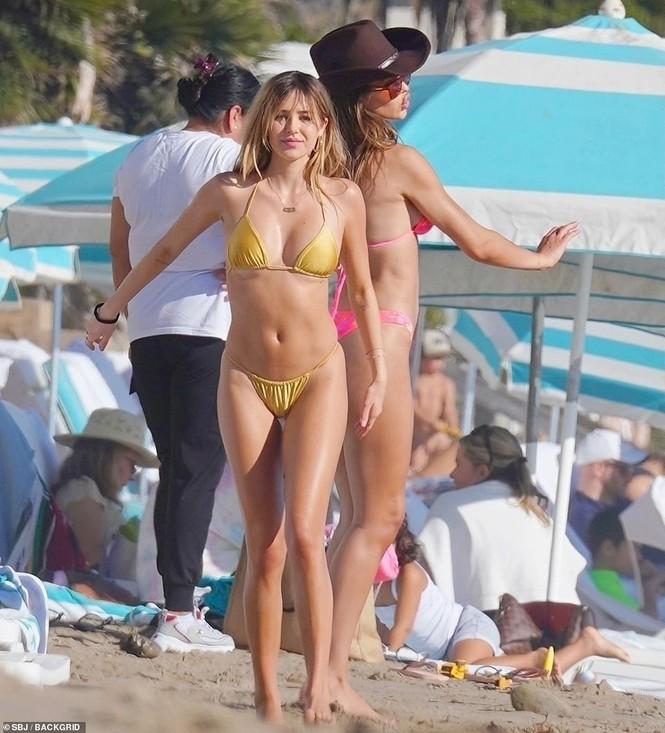 'Cô chiêu' Hollywood mặc bikini siêu bé, ôm hôn sao Love Island trên bãi biển - ảnh 4