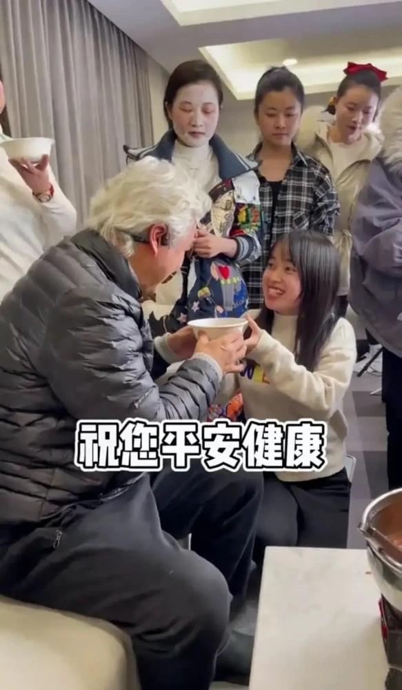 Tranh cãi hình ảnh nhân viên quỳ gối nhận cháo từ tài tử gạo cội Đài Loan - ảnh 1