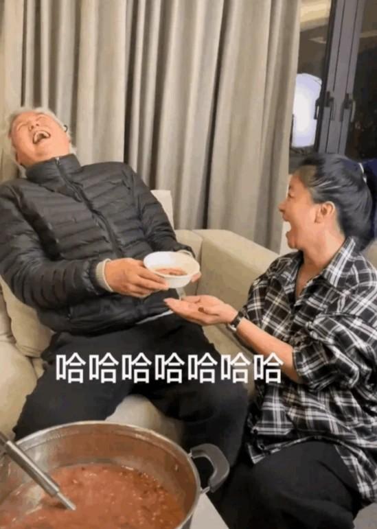 Tranh cãi hình ảnh nhân viên quỳ gối nhận cháo từ tài tử gạo cội Đài Loan - ảnh 2
