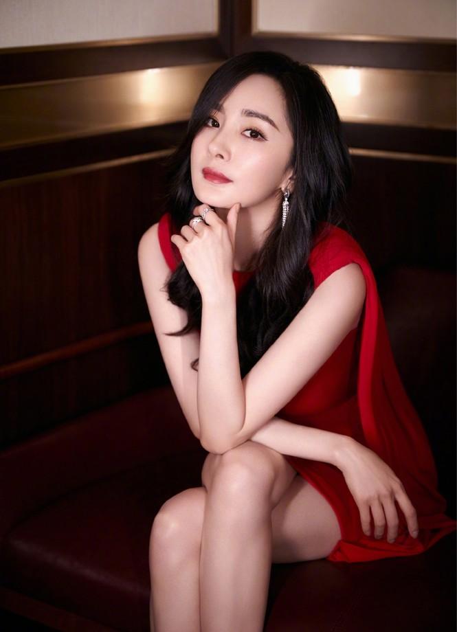 Dương Mịch gợi cảm hết nấc trong sắc đỏ, đôi chân dài miên man thành tâm điểm - ảnh 1