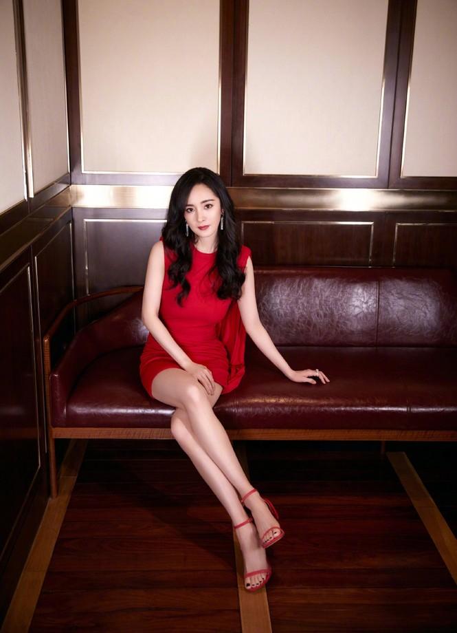 Dương Mịch gợi cảm hết nấc trong sắc đỏ, đôi chân dài miên man thành tâm điểm - ảnh 3