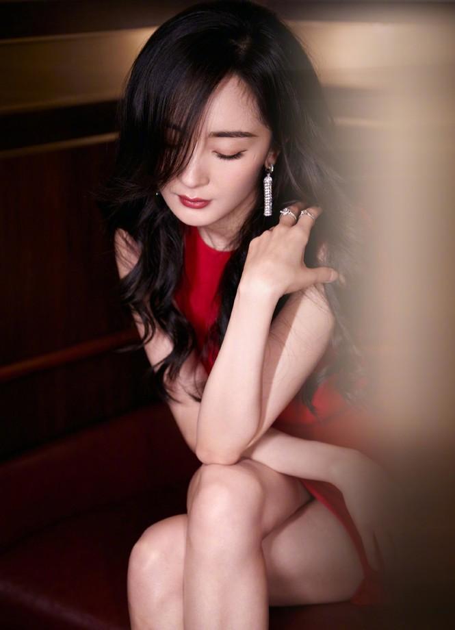 Dương Mịch gợi cảm hết nấc trong sắc đỏ, đôi chân dài miên man thành tâm điểm - ảnh 4