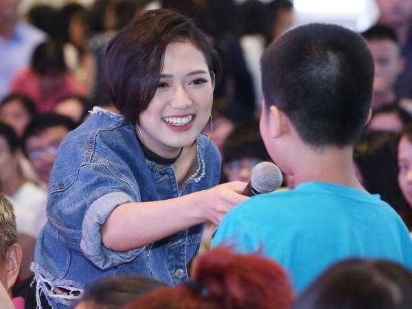 Đông Nhi vừa hát cực sung, vừa chụp ảnh selfie thân thiết cùng khán giả trong lễ hội Nhật Bản - ảnh 4