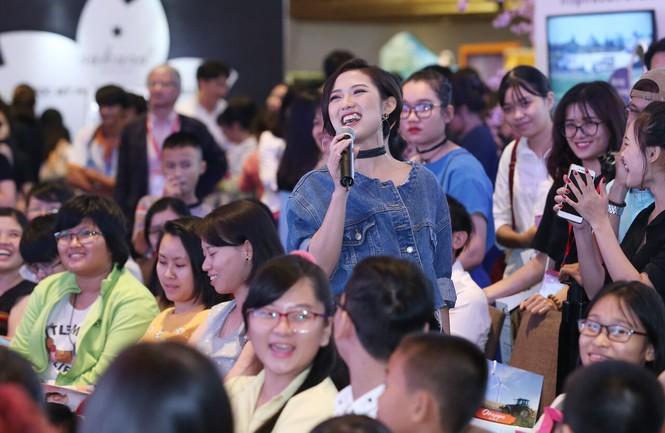 Đông Nhi vừa hát cực sung, vừa chụp ảnh selfie thân thiết cùng khán giả trong lễ hội Nhật Bản - ảnh 6
