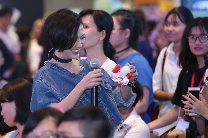 Đông Nhi vừa hát cực sung, vừa chụp ảnh selfie thân thiết cùng khán giả trong lễ hội Nhật Bản - ảnh 5
