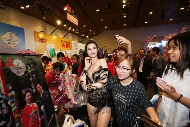 Đông Nhi vừa hát cực sung, vừa chụp ảnh selfie thân thiết cùng khán giả trong lễ hội Nhật Bản - ảnh 3