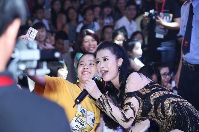Đông Nhi vừa hát cực sung, vừa chụp ảnh selfie thân thiết cùng khán giả trong lễ hội Nhật Bản - ảnh 2