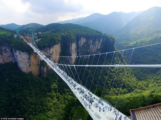 Cầu đáy kính cao nhất và dài nhất thế giới đóng cửa vì băng tuyết phủ trắng - ảnh 1