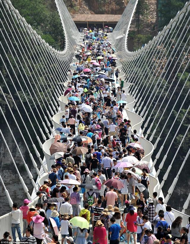 Cầu đáy kính cao nhất và dài nhất thế giới đóng cửa vì băng tuyết phủ trắng - ảnh 2