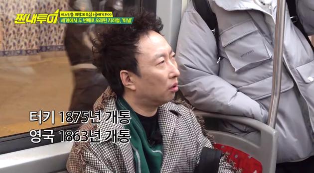 Phóng to hình ảnh lên, để khuôn mặt Jung Joon Young không thể lọt vào khung hình (nhân vật mặc áo khoác màu xám ở bên phải, chính là Jung Joon Young).