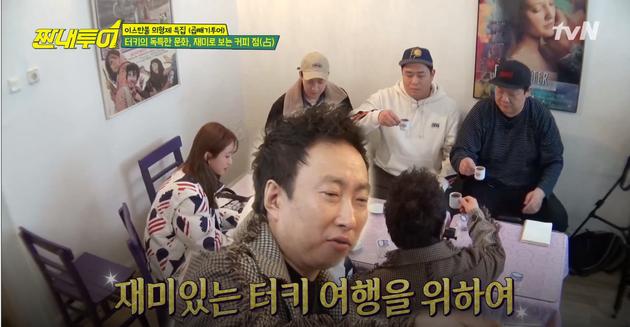 Dùng hình ảnh của nhân vật khác đề chèn lên Jung Joon Young đang ngồi phía sau. Đố khán giả tìm thấy bóng dáng nam ca sĩ này ở đâu nữa.